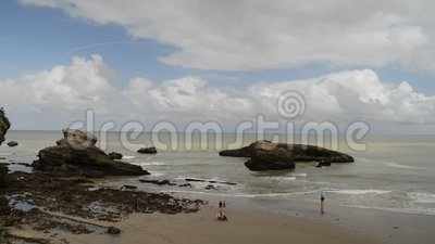 Le famiglie si rilassano alla spiaggia grande del flocculo a Biarritz, Aquitaine France, una stazione turistica popolare sul Golf video d archivio