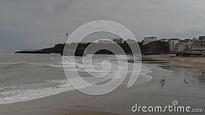 Le famiglie si rilassano alla spiaggia grande del flocculo a Biarritz, Aquitaine France, una stazione turistica popolare sul Golf archivi video
