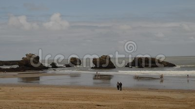 Le famiglie si rilassano alla spiaggia grande del flocculo a Biarritz, Aquitaine France, una stazione turistica popolare sul Golf stock footage
