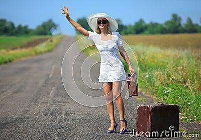 Le femme avec la valise arrête le véhicule
