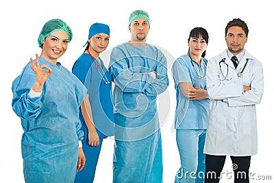 Le femme de chirurgien donnent le signe en bon état