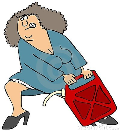 Le femme tirant un gaz lourd peut