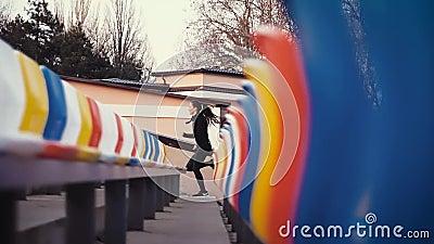 Le fille-athlète court rapidement près des sièges spectaculaires dans le stade banque de vidéos