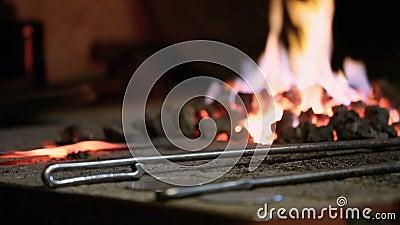 Le forgeron chauffe le métal dans le four clips vidéos