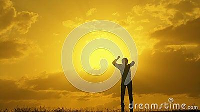Le gagnant de garçon sautent le dessus au coucher du soleil banque de vidéos