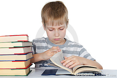 Le garçon affiche le livre