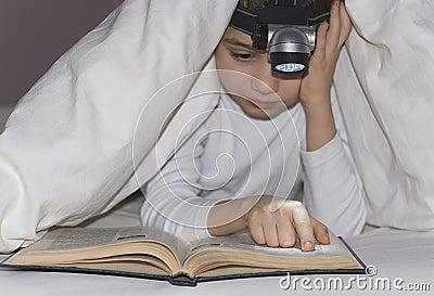 Le garçon lit le livre