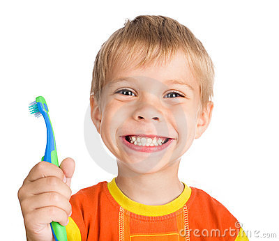 Le garçon nettoie des dents