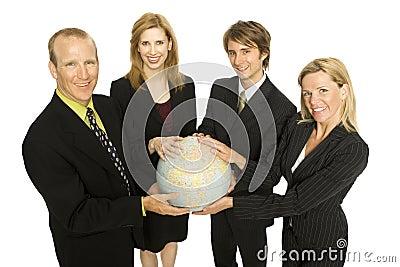 Le gens d affaires retient un globe