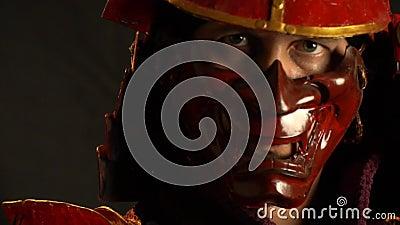Le Guerrier Samourai Dans Le Masque Du Demon Tourne La Tete Et
