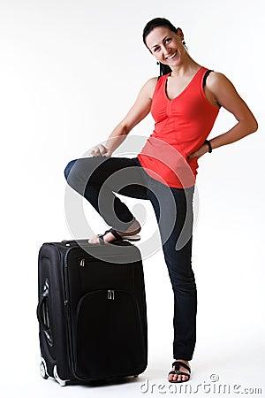 Den lyckliga unga kvinnan ordnar till för att resa