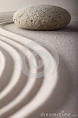 Le jardin japonais de zen a ratissé la méditation en pierre de sable