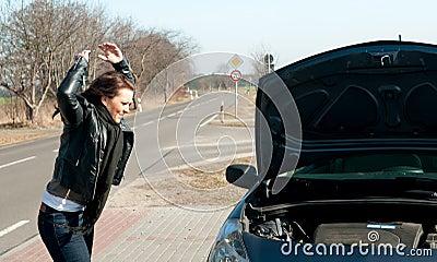 Le jeune femme a une panne de véhicule