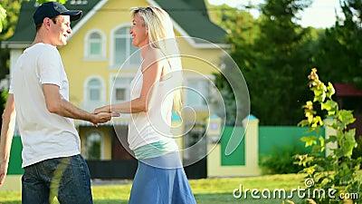 Le jeune homme étreint une femme et la tourne dans des ses bras Mouvement lent banque de vidéos