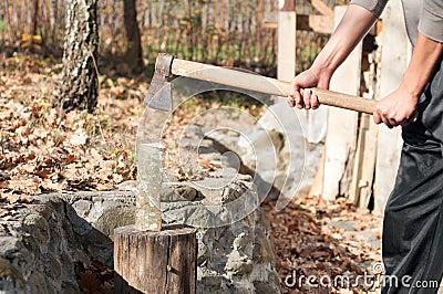 le jeune homme avec une hache coupe le bois pour la chauffage image libre de droits image. Black Bedroom Furniture Sets. Home Design Ideas