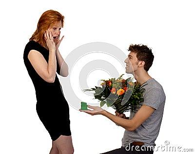 Le jeune homme offre ses fleurs d 39 amie photos stock for Offre des fleurs