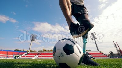 Le joueur de football paralympique est en train de dériver le ballon banque de vidéos