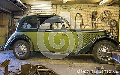 le junior 1937 v d 39 adler trumpf de voiture dans le garage photo stock image 61039017. Black Bedroom Furniture Sets. Home Design Ideas