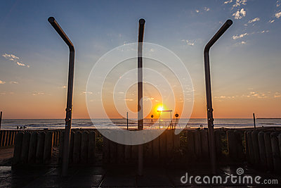 Le lever de soleil d océan de plage verse l eau