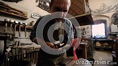 Le maître dans la forge fabrique les produits métalliques forgés clips vidéos