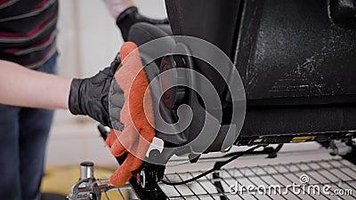 Le maître essuie les sièges automatiques et enduit des garnitures par l'huile dans l'automatique-service, nettoyage des automobil clips vidéos