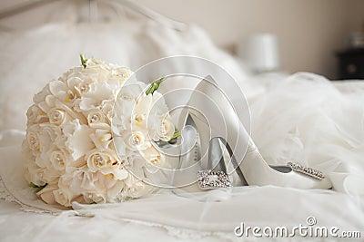 Le mariage chausse le bouquet de rose de blanc