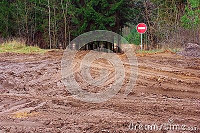 Le mauvais pleuvoir à torrents la route et arrêtent le signe