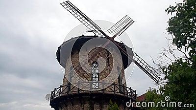 Le moulin à vent tourne les lames de l'énergie éolienne banque de vidéos