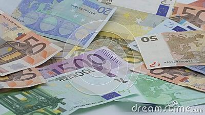 Le mouvement lent des euros tombent Billets de banque de diff?rentes valeurs Euro argent liquide banque de vidéos