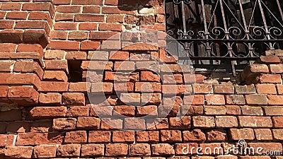 Le mur de l'ancienne église abandonnée en brique rouge banque de vidéos
