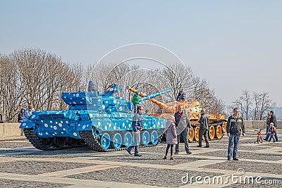 : enfants jouant sur les réservoirs célèbres à kiev près de la