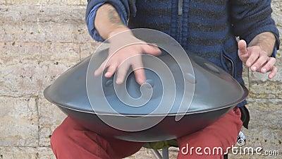 Le musicien de rue joue un tambour métallique clips vidéos