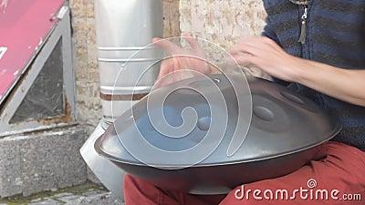 Le musicien de rue joue un tambour métallique banque de vidéos