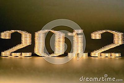 Le numéro deux mille douzième a étendu des piles de pièces de monnaie