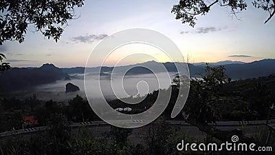Le nuvole galleggiano sulla valle di mattina video d archivio