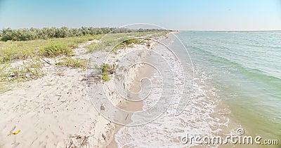 Le onde incontrano la riva - spiaggia di sabbia bianca nella regione di Kiliya, Ucraina video d archivio
