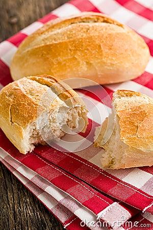 Le pain sur la serviette checkered