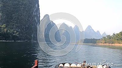 Le paysage des deux côtés de la rivière banque de vidéos