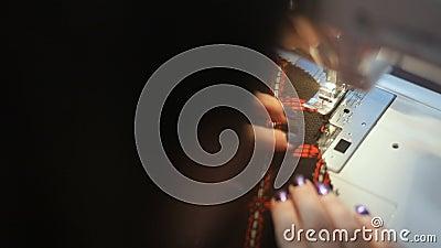 Le plan rapproché du ` s de femme remet coudre un overlock machine automatique le passe-temps matériel de couture de métier a cou banque de vidéos