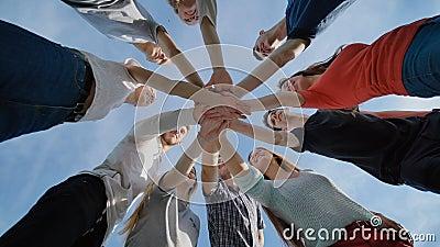 Le plan rapproché joignent la réunion de groupe de mains, concept de travail d'équipe des jeunes clips vidéos