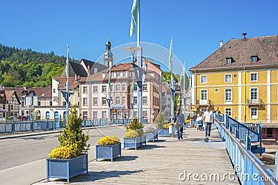Le pont de ville avec l 39 glise de jacob de saint dans gernsbach image stock ditorial image - Piscine foret noire allemagne saint denis ...