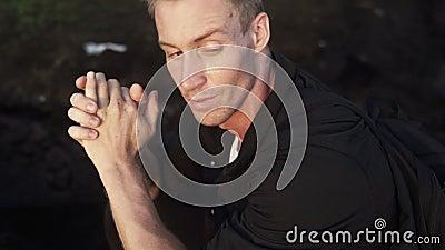 Le portrait en gros plan de l'homme blond observé par bleu brutal regarde le coucher du soleil Mouvement lent, tir de Steadicam clips vidéos
