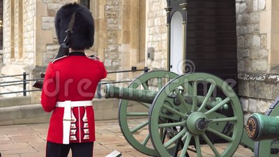 Le Queens m?connaissable gardent la marche et le mirador de Londres, Angleterre, la garde de la Reine britannique arm?e clips vidéos