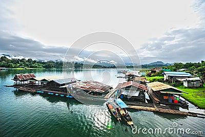 Le radeau sur le fleuve dans Sangkhlaburi HDR