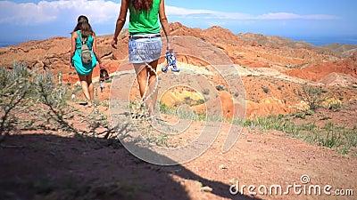 Le ragazze camminano nelle montagne video d archivio