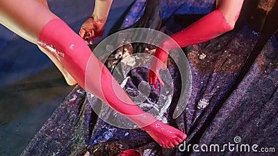 Le ragazze dipingono la gamba con della vernice rossa video d archivio
