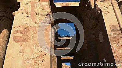 Le rovine dell'antico tempio di Sebek a Kom - Ombo, Egitto video d archivio