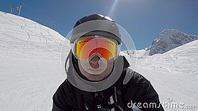Le skieur accélère rapidement le ski alpin en montagnes d'hiver clips vidéos