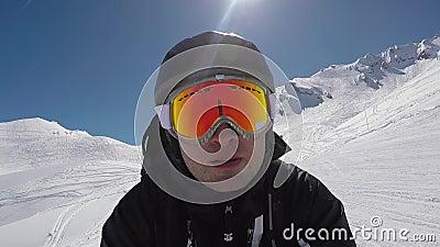 Le skieur de Selfie Portait accélère rapidement le ski alpin en montagnes d'hiver banque de vidéos