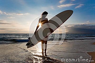 Le soleil de planche de surfing de femme